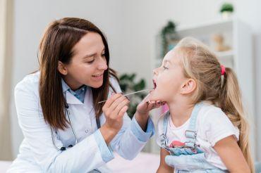 Bambini, denti cariati già a 2 anni. Le cause: la poca igiene e gli zuccheri