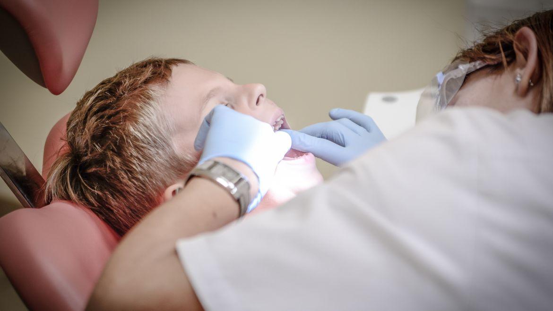 Carie ai denti: una patologia da non sottovalutare. Che cosa succede nella nostra bocca e come prevenire